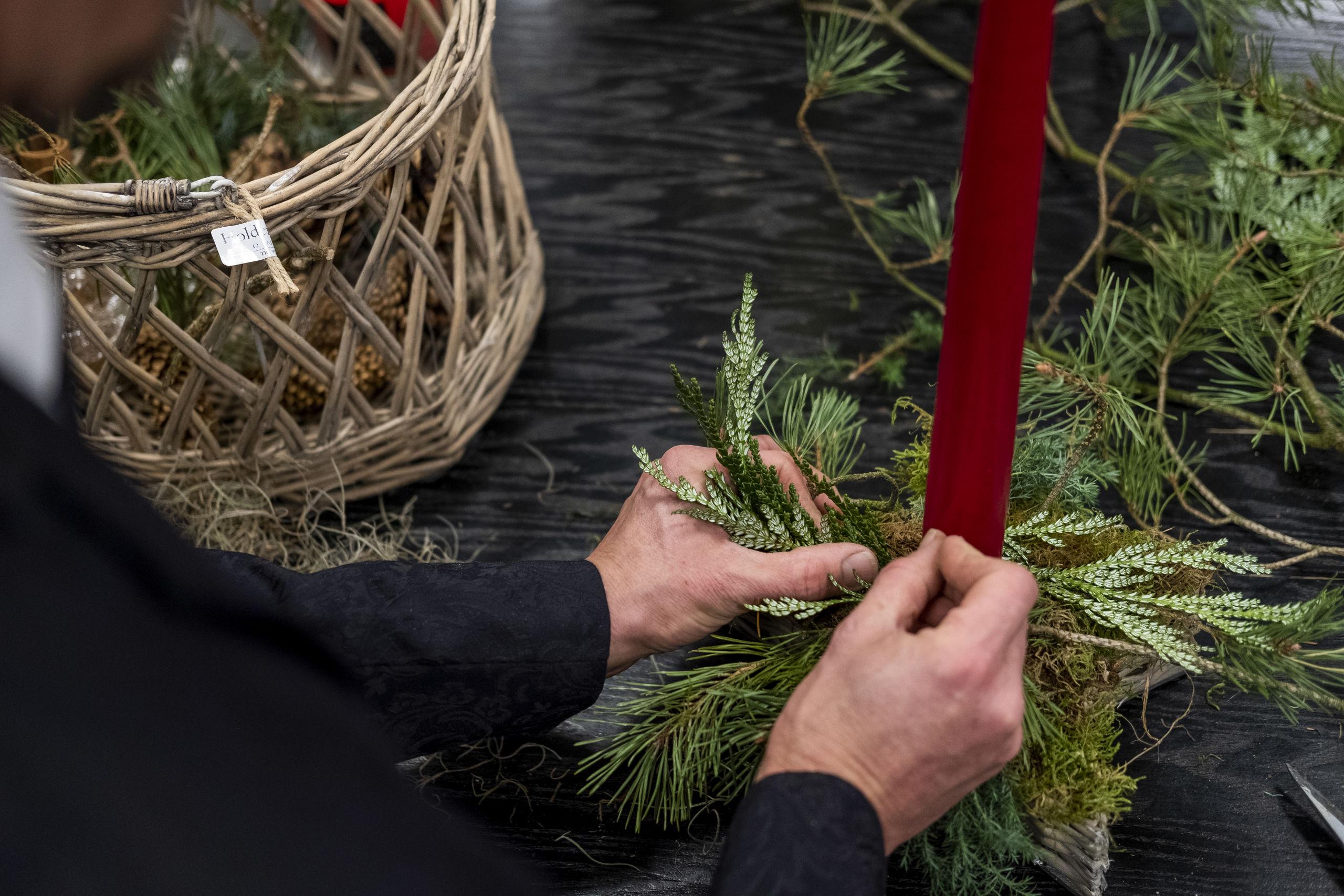 Din juledekoration bliver flot, når du afdækker bunden med forskelligt gran. Foto: Lasse Sand