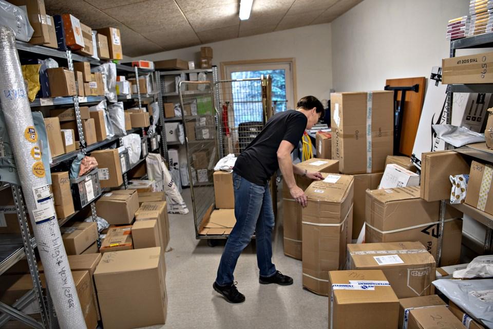 På lageret bag butikken leder Ann Bjerregaard efter den rette pakke. Men det er heldigvis nemmere, efter de har fået det nye system indført.Foto: Kurt Bering Kurt Bering