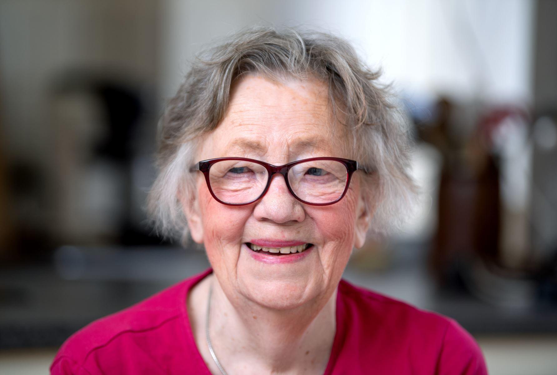 Tove Bærnthsen skrev sin første revytekst i 1977, og siden har hun dyppet Hobro og byens kendisser i satirens krasse blæk et utal af gange