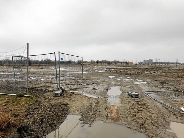 Der bliver anlagt 320 spritnye p-pladser på arealet ved Lervej syd for Ny Lufthavnsvej, og de skulle efter planen være klar til brug midt i maj måned. Foto: Torben O. Andersen