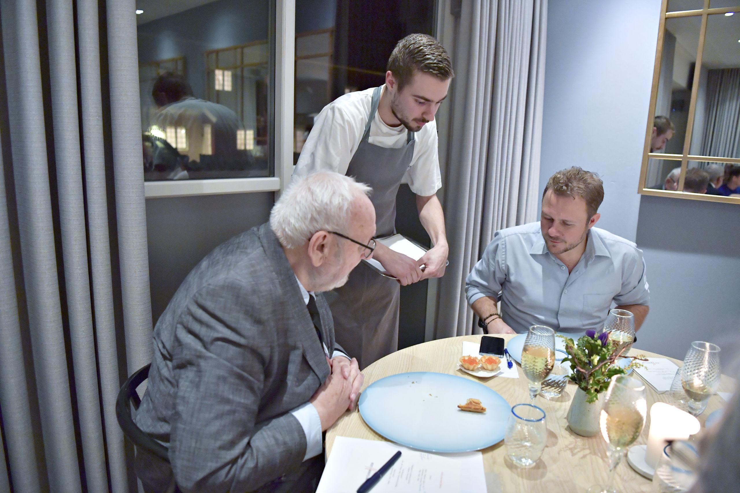 Her ses Christopher M. Kristensen fra Restaurant Bühlmann inde ved dommerne Bent Christensen og Jakob Kanne Bjerregaard. Foto: Bente Poder