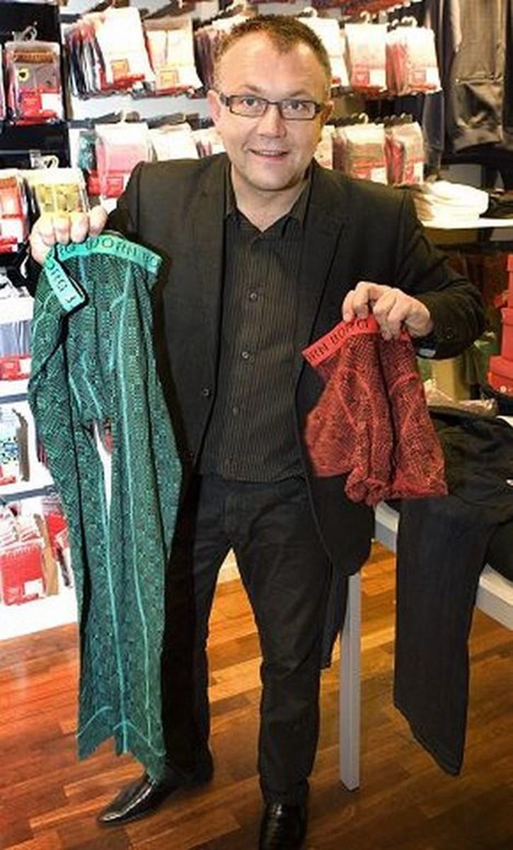 I tøjforretningen Kalhøj er der ingen tvivl om, hvad der er årets julesællert: - Björn Borg, Björn Borg, Björn Borg og så lige G-star jeans, griner indehaver Hans Ole Kalhøj, og forsikrer, at det nok vil ligge et par Björn Borg trusser eller boxershorts under cirka hver andet juletræ. Derudover er de 1000 kroner dyre G-star jeans også i høj kurs. - Vi solgte omkring 50 par til Open by Christmas i fredags, fortæller en glad indehaver, og tilføjer at folk bruger flere penge på gaver end nogensinde før.