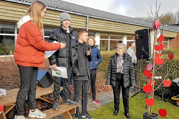 Elevrådet overdrager livstræerne til Birgit Nielsen. Foto: Karl Erik Hansen Karl Erik Hansen