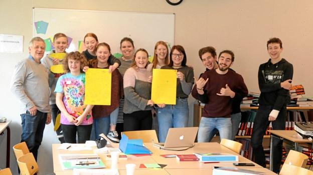 13 unge har gennemført 20 lektioner - her er de til sidste undervisningsgang. Privatfoto