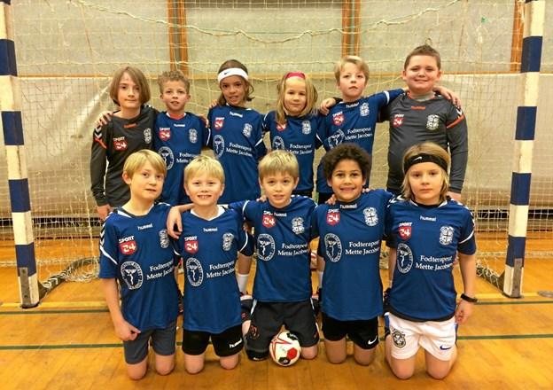 U10-holdet i de nye, flotte trøjer fra fodterapeut Mette Jacobsen. Foto: Privat