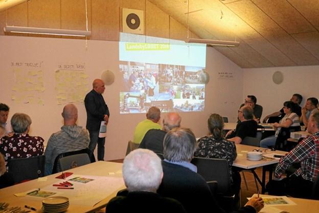 40 repræsentanter for landsbyerne i Frederikshavn Kommune var mødt op for at komme med forslag til forbedringer af LandsbyLØBET samt vælge medlemmer til bestyrelsen. Her fortæller formanden Søren B. Sørensen om sidste års løb. Privatfoto