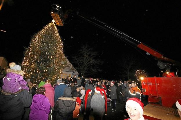 Det smukke træ og den øvrige julebelysning er med til at gøre Dronninglund til en hyggelig juleby. Foto: Jørgen Ingvardsen Jørgen Ingvardsen