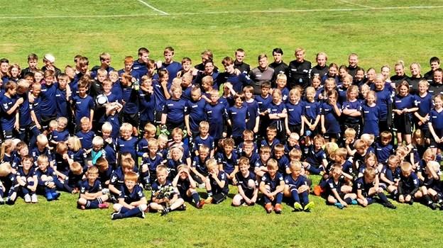 De 146 børn i årets fodboldskole på Trekroner Stadion var det næsthøjeste antal deltagere, kun overgået af sidste år, hvor der var 165 tilmeldte. Lederne er fortrinsvis unge, der selv har trådt deres første fodboldstøvler i klubben. Foto: TIF98