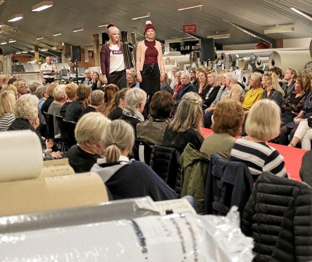 Oktober: Siden efteråret 2014 har det været en tradition hos Erling Christensen at præsentere efterårets modekollektioner til kvinder ved elegante shows i det store møbelhus. Jeanette og Chanette viste ungdommeligt hverdagstøj blandt væg-til-væg tæpper. Foto: Niels Helver Niels Helver