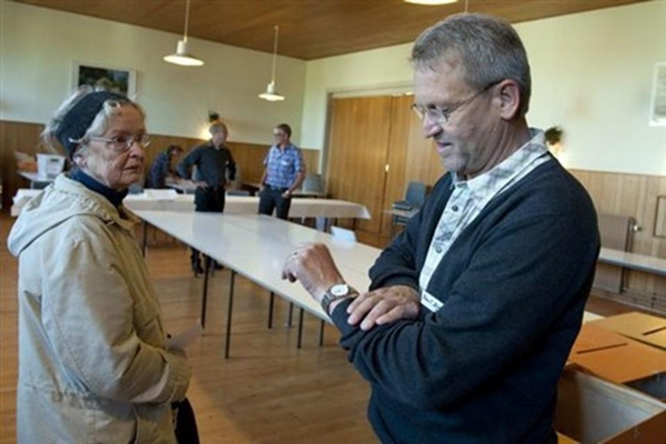 Alice Jeppesen, Lendum - dagens første vælger venter på, at valgstyrer Poul Dige Pedersen sætter afstemningen i gang på slaget ni.Foto: Henrik Louis