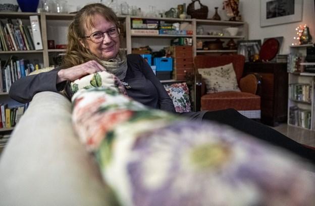 65-årige Erna Olsen har været stor fan af musiker Tim Schou, siden hun så ham på Spot Festival i 2017. 21.december kommer han til Hobro, hvor han skal give dobbeltkoncert og overnatte i Ernas stue.  Med sig har han sin fotograf Lukas Valentin, der dokumenterer Tim Schous ture på landevejen.