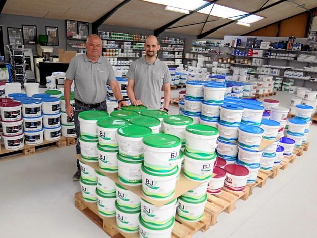 På leopardvej ligger en butik med danskproduceret maling og træbeskyttelse og de to ansatte, Leif Jensen (t.v.) og Morten Olesen har været med siden butikken åbnede for 13 år siden.