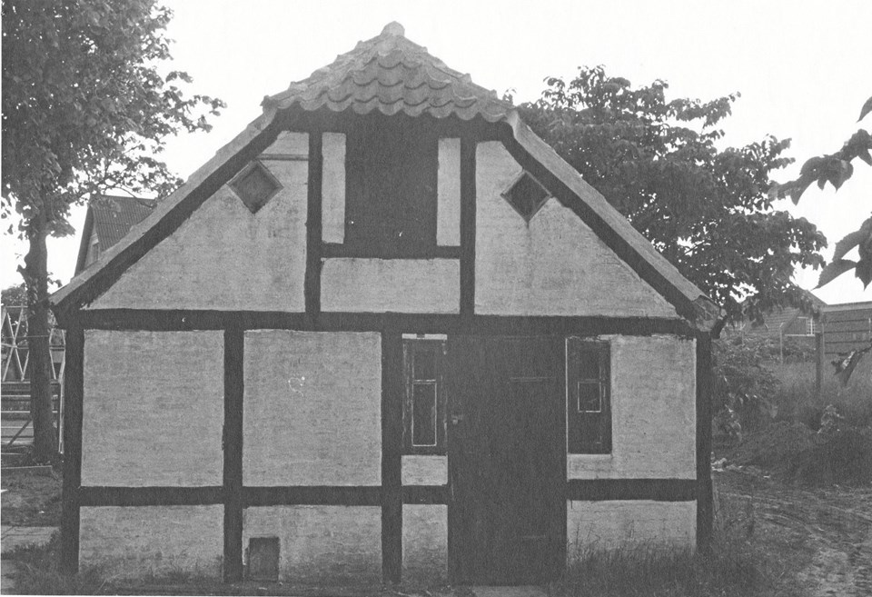 Tørvehuset ved præstegården fungerede en overgang som ydmygt bibliotek. Huset blev senere garage for præsten og er i dag revet ned.
