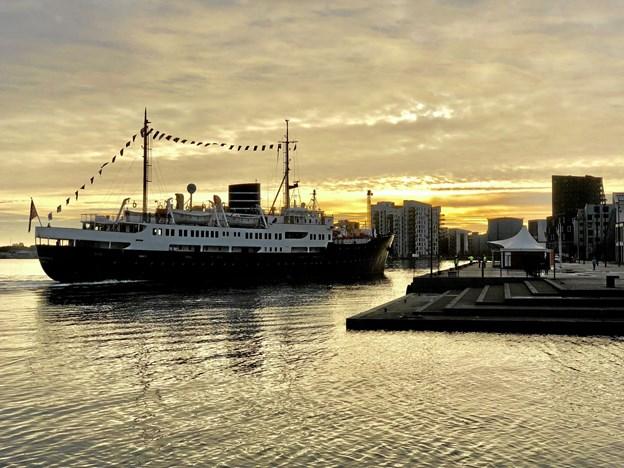 Idyllen er næsten til at mærke og føle på, når et smukt og stiligt krydstogtskib som Nordstjernen en tidlig morgenstund lægger til kaj i havnen i Aalborg. Arkivfoto: Kjartan Roos, Aalborg Havn
