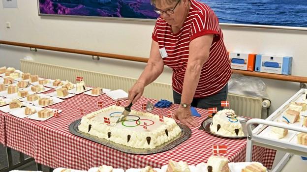 Frivillige Jytte skære den olympiske kage for. Foto: Niels Helver Niels Helver