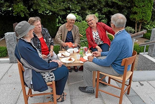 Efter indvielsen inviterede menighedsrådet på grillede pølser og kartoffelsalat samt hyggeligt samvær. Foto: Niels Helver