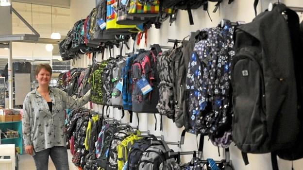 Hvor finder man så lang en række af forskellige skoletasker? Ikke andre steder end hos Vicca, som har Jyllands største udvalg af skoletasker. Foto: Ole Torp Ole Torp
