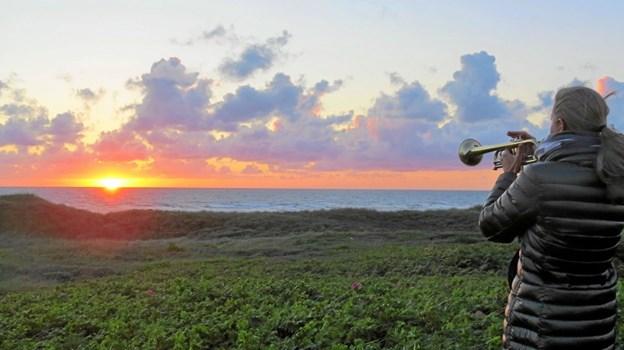 """""""Når vildrosen dufter i levende hegn, og klitten og havet er grønnest, så kommer de selv fra den fjerneste egn, så synes vi Løkken er skønnest."""" skrev Knud Holst også. Og sådan var det, da solen sank i havet. Foto: Kirsten Olsen Kirsten Olsen"""