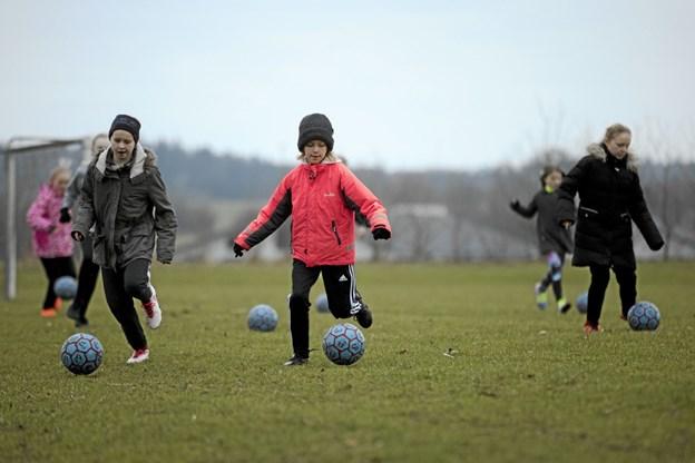 Seancen bød på en let omgang træning. Her varmer U10-pigerne op. Foto: Allan Mortensen