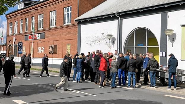 """Som det ses på dette billede så mødte rigtigt mange op for at overvære afsløringen af kunstværket i porten """"busstoppestedet"""" på Asaa Torv. Foto: Ole Torp"""