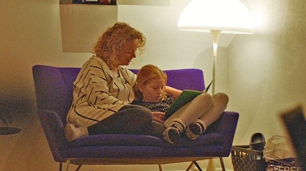 Læsefamilie-posen kan f. eks. rumme bøger, velegnede til en hyggestund for både børn og voksne... Modelfoto