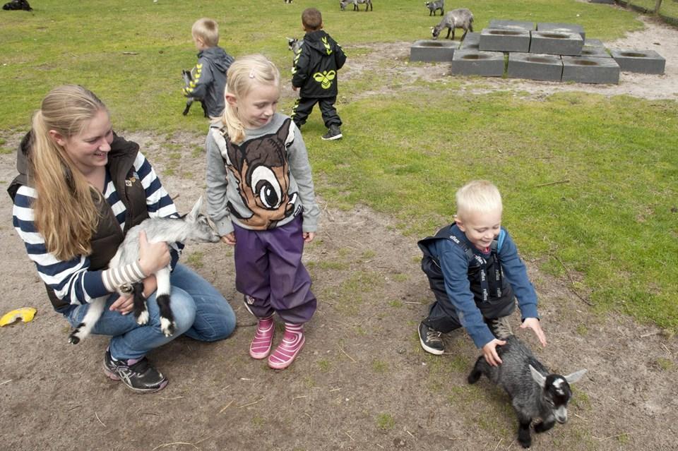 Frederikshavn Kommune har lavet en særlig indsats for at hjælpe unge mødre. I den forbindelse var de unge mødre - og deres børn - mandag på udflugt til Farm Fun. Foto: Kurt Bering