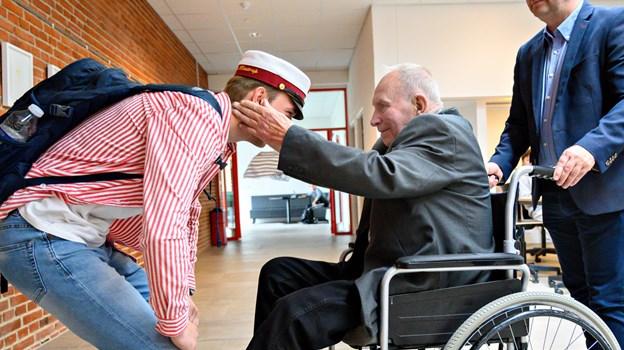 Bedstefar Knud Jørgensen var klar med huen til barnebarnet Anders Riis Klæstrup, som er årets første student på Brønderslev Gymnasium. Foto: Kurt Bering Kurt Bering