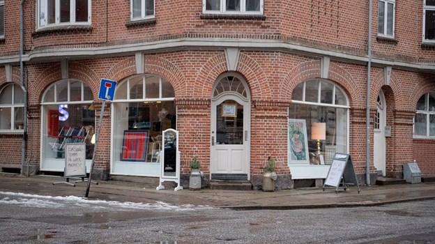 Man finder Superponyhest i Steen Blichers Gade. Foto: Henrik Louis