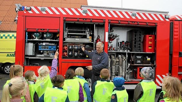 Karsten Pedersen fortæller om hvad der er med på brandbilen. Foto: Flemming Dahl Jensen