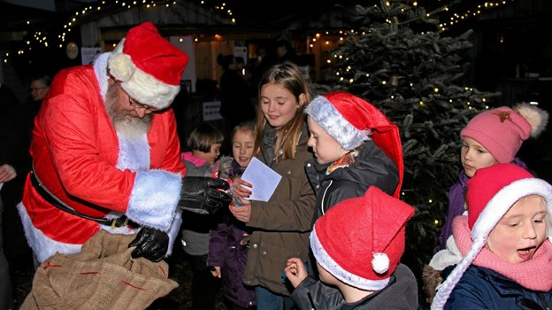 """""""Værs'go' min ven, også en pose til dig"""". Julemanden delte rundhåndet ud til børnene. Foto: Hans B. Henriksen Hans B. Henriksen"""