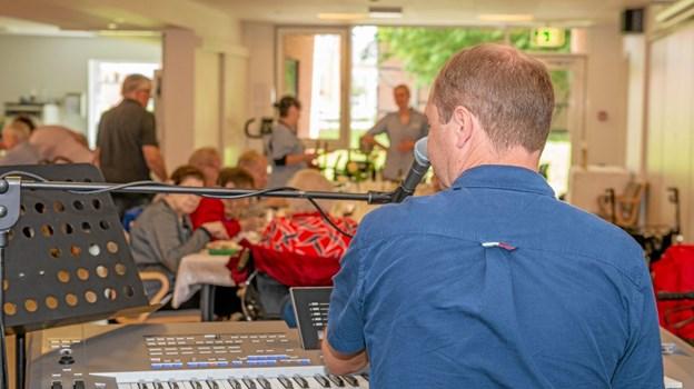 Heino Nielsen spillede under middagen på plejecenter Bøgely til sommerfesten. Foto: Mogens Lynge Mogens Lynge