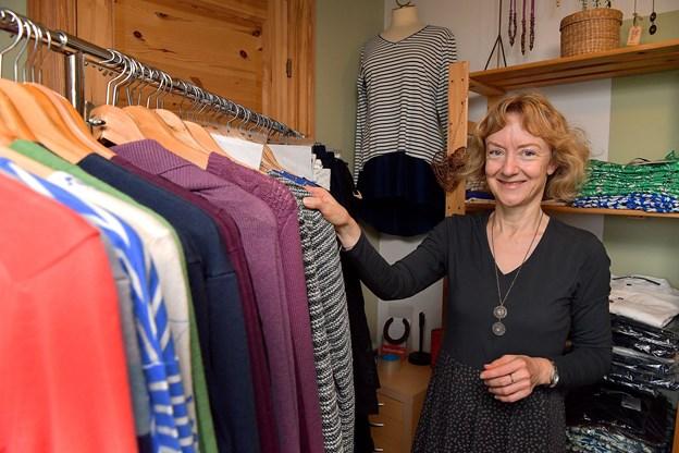 Fie Moesner i en kjole af stof fra birketræ tager imod i hjemmet, hvor fair to WEAR har showroom.