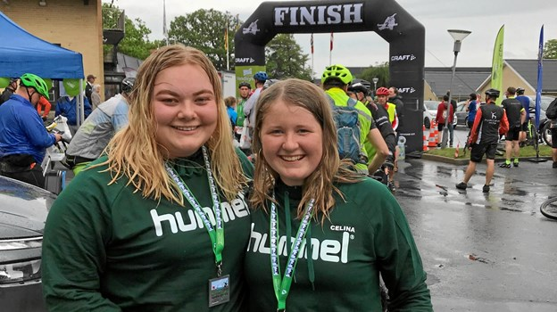 Sofie og Celina er stolte over at være nået i mål ved Idrætscenter Jammerbugt efter en strabadserende cykeltur i silende regn.