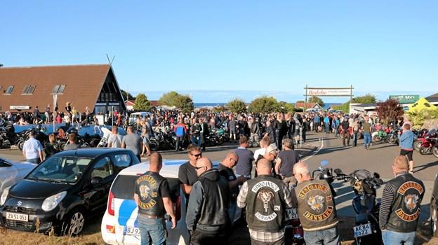 """Mange hundrede motorcyklister og publikummer nød synet og lyden af de mange """"kværne"""" på en herlig sommeraften på Hedebo Strand Camping. Hele forpladsen med tilstødende veje var fyldt med motorcykler i alle modeller og årgange. Foto: Tommy Thomsen"""