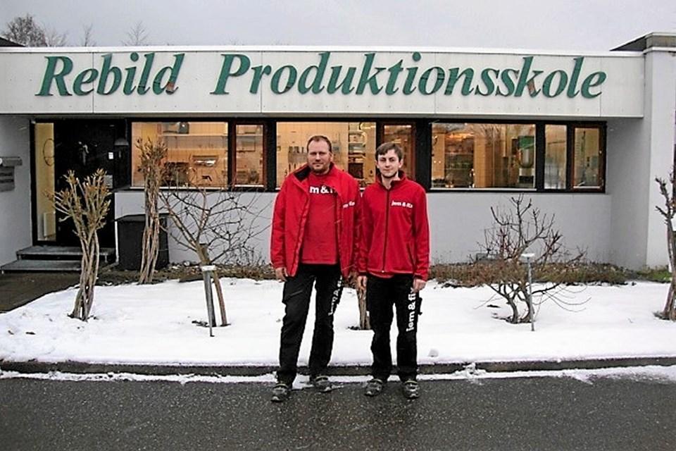 Jonas Mebus (t.h.) og Kim Fisker, butikschef Jem & Fix i Støvring (t.v.). Foto: Privat Privat