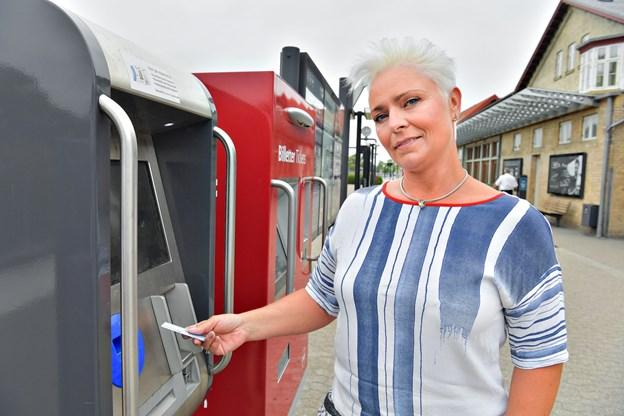 - Vi oplever det ikke som noget problem, at der ikke er flere fysiske salgssteder for rejsekortet, siger Mette Henriksen, salgs- og kundechef, NT.
