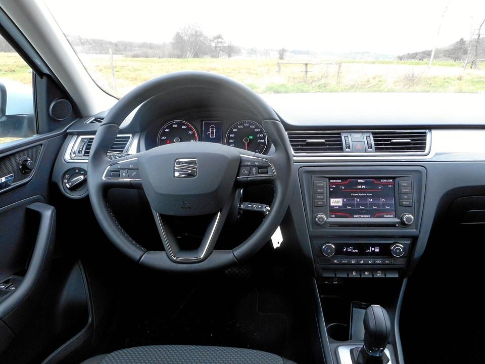Instrumentbordet er stramt designet og med kontakter/knapper, man genkender fra VW- og Skoda-modeller.