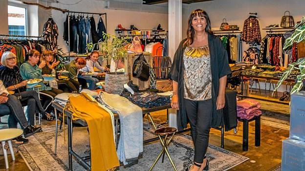 Indehaveren Amela B. midt i den butik, hun overtog tidligere i år. Foto: Mogens Lynge