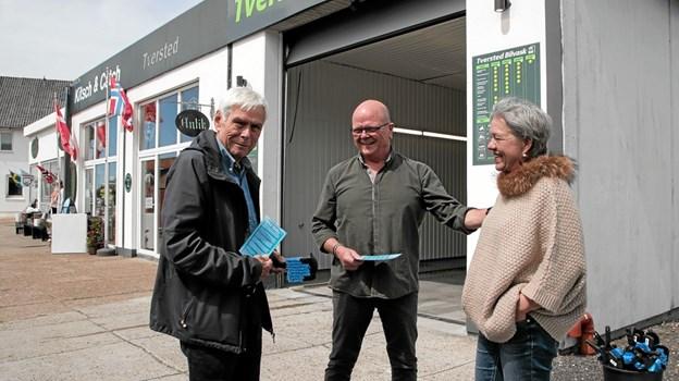 Bent Thøgersen her sammen med indehaverne May-Britt og Allan Vester Lassen foran Tversted Bilvask. Foto: Peter Jørgensen