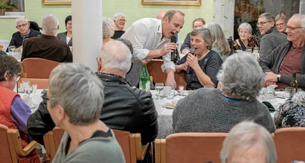 Bo Young fik hjælp af husassistent Jette Hansen til flere sange. Foto: Niels Helver Niels Helver