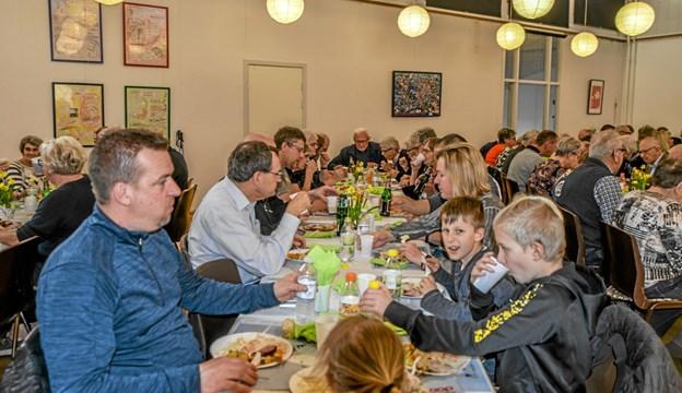 At samle 75 til en generalforsamling er godt gået, men i Overlade kan man det der, med at stå sammen. Foto: Mogens Lynge Mogens Lynge