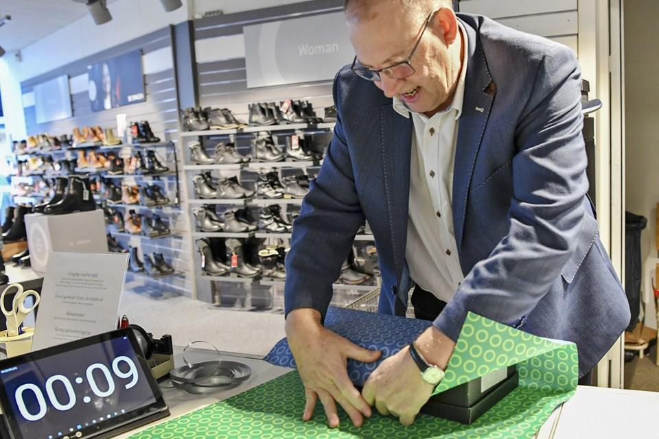 Lars Jacob, butiksejer i Skoringen, fortjener rosende omtale for at bidraget til testen med en tom skotøjsæske. Han snuppede på eleganteste vis 6. pladsen. Foto: Kurt Bering Kurt Bering