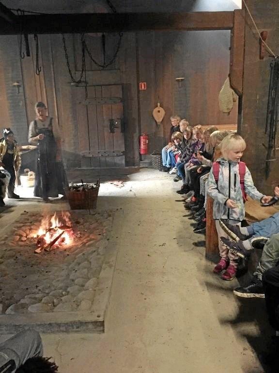 Vestrup-eleverne på besøg på Vikingecenter Fyrkat.  Privatfoto