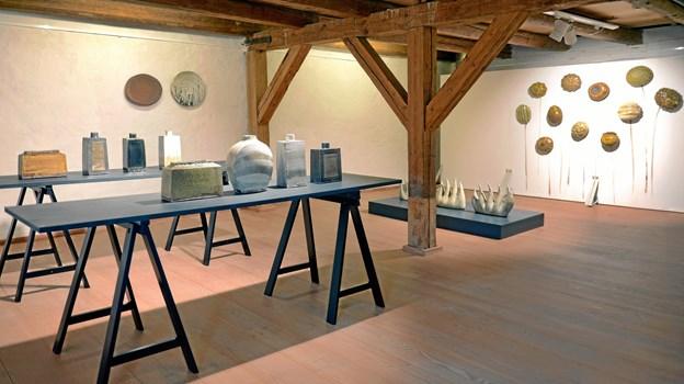 """Et kig ind i udstillingen """"Kunsthåndværk fra Bornholm"""", hvor Anne Mette Hjortshøj og Ann-Charlotte Ohlsson er to af de i alt 12 udstillere. Foto: Niels Reiter"""