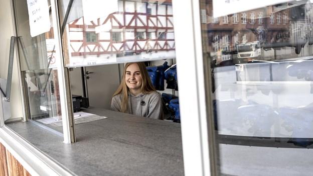 Liv Grønhøj Jensen har styr på udlejningen af skøjter, og man skal betale 30 kroner for én times leje. Foto: Laura Guldhammer