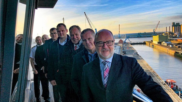 Havnedirektør Niels Clemmensen (2. forrest) og Hanstholm Havns forretningsudvikler Rasmus Buchardt Sørensen (4. forrest) besøger kollegaer i Immingham på den engelske nordøstkyst. Privatfoto