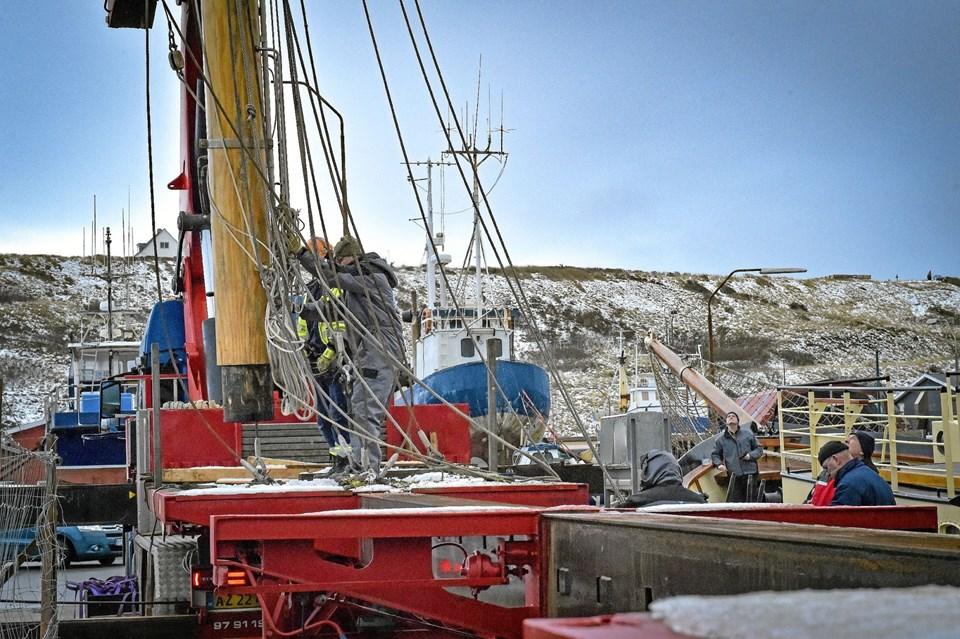 Masterne pilles med hele rigningen af tovværk til de i alt otte sejl på Skonnerten Jylland. Foto: Ole Iversen Ole Iversen