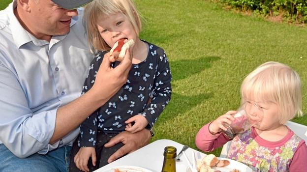 Malvik Olesen hygger sig med børnene Ingeborg og Maren. Foto: Niels Helver Niels Helver