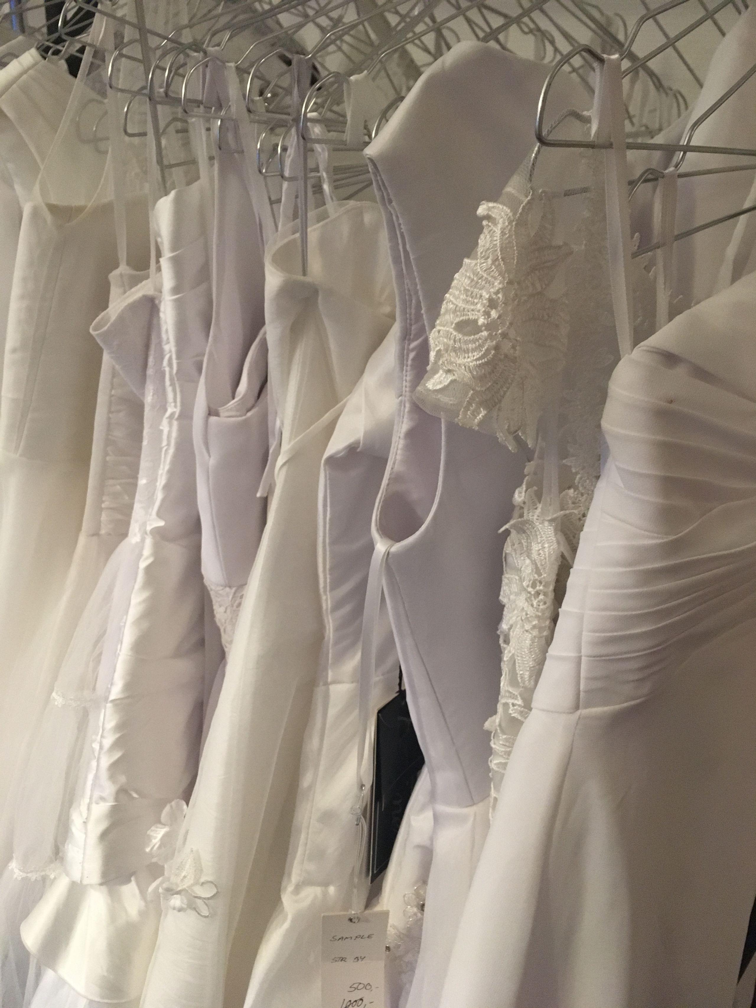 De kommende konfirmander kan vælge mellem 150 nye og brugte kjoler. Foto: Kirkens Korshær