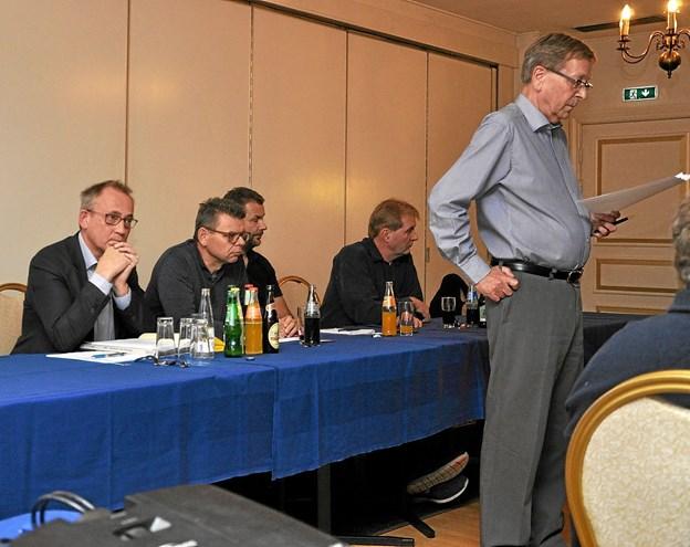 Den midlertidige bestyrelse sad til højbords med fra venstre: Morten Jensen, Flemming Nielsen, Allan Danielsen og Jan Larsen. Stående foran dem er det aftenens dirigent, Erik Bo Sørensen.Foto: Ole Torp